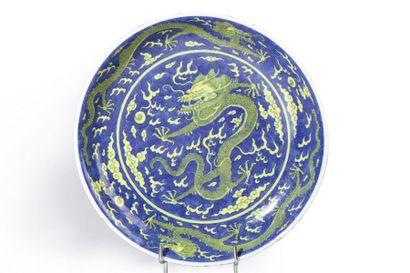 Plat creux en porcelaine et émaux bleu et...