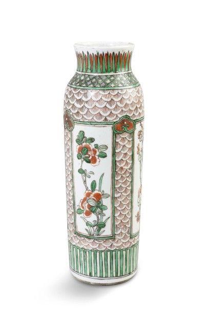 Vase cylindrique en porcelaine et émaux de...