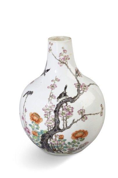 Vase bouteille en porcelaine et émaux polychromes,...