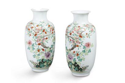 Paire de vases balustre en porcelaine et...