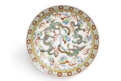 Assiette creuse en porcelaine et émaux polychromes...