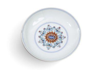 Petite assiette en porcelaine et émaux Doucai,...