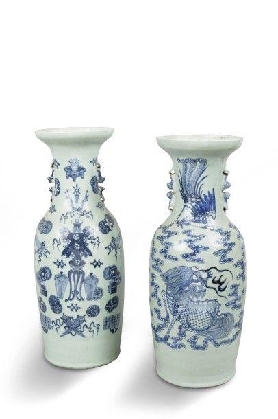 Deux vases balustres formant pendants, en...
