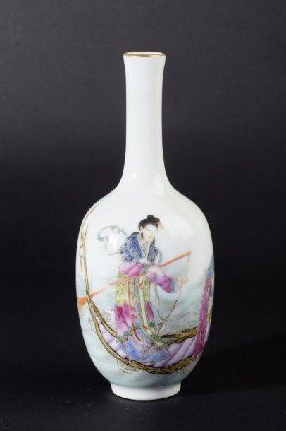 Vase bouteille à long col en porcelaine et...