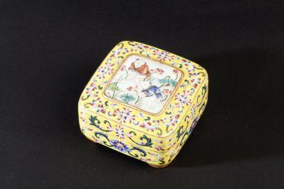 Boîte quadrangulaire en porcelaine et émaux...