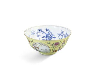 Coupe en porcelaine et émail jaune, le fond...
