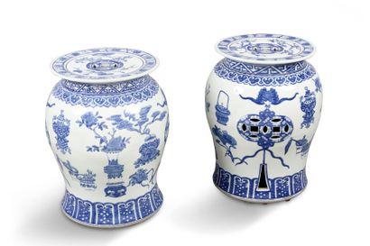 Paire de tabourets de jardin en porcelaine...