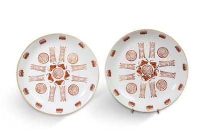 Paire de petites assiettes creuses en porcelaine...