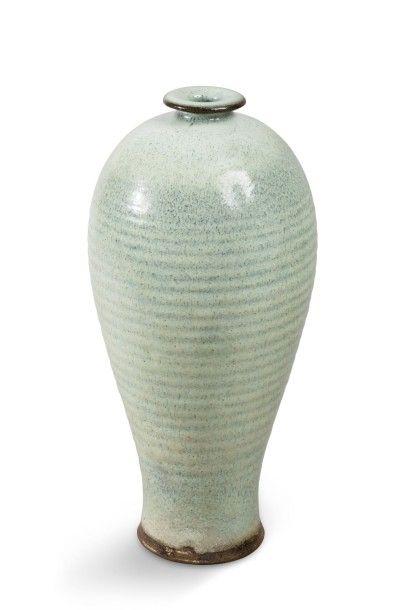 Vase de forme meiping, en grès brun, la panse...