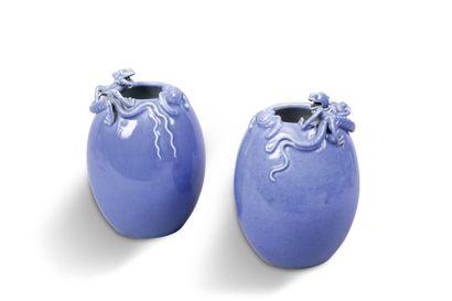 Deux vases ovoïdes formant pendants, en porcelaine...