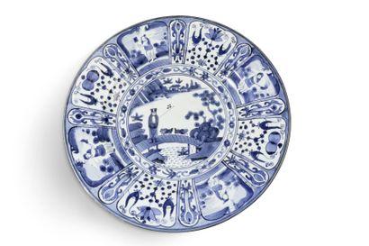 Important plat en porcelaine blanche et bleu...