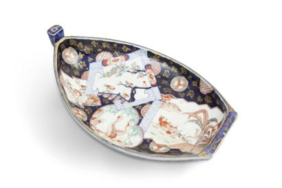 Plat en porcelaine d'Imari, en forme d'embarcation,...
