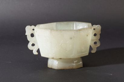 Coupe de forme octogonale en jade ornée de...
