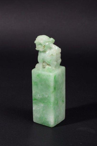 Cachet en jadéite, sculpté d'un lion bouddhique...