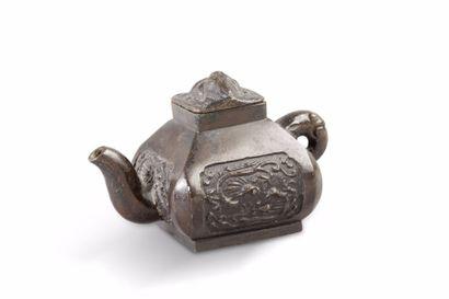 Lot comprenant, une petite théière en bronze...