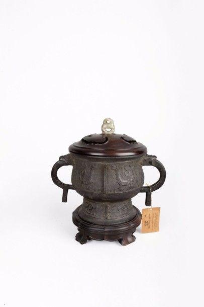 Brûle-parfum archaïsant en bronze patiné...
