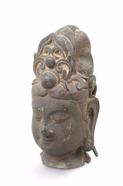 Tête de Guanyin en bronze de patine brune,...