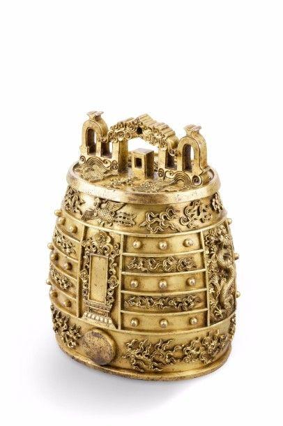 Cloche Zhong, en bronze doré, le pourtour...