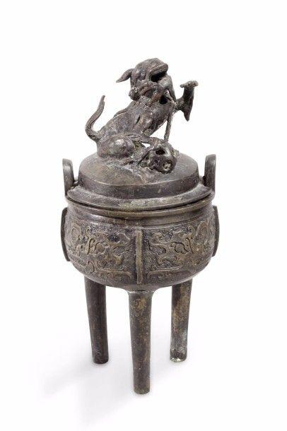 Brûle-parfums tripode couvert, en bronze...