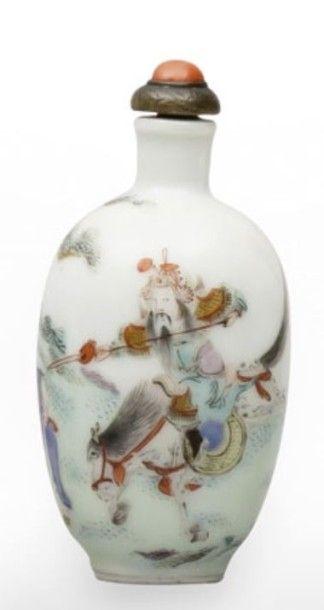 Flacon tabatière de forme ovale en porcelaine...