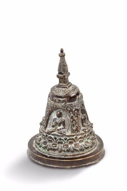 Stupa en bronze de patine brun clair, décoré...
