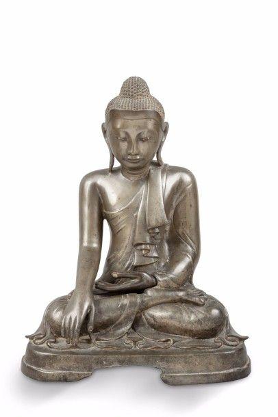 Deux Bouddha en bronze de patine brune assis...