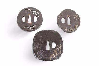 Tsuba carrée à angles arrondis, en fer ornée...