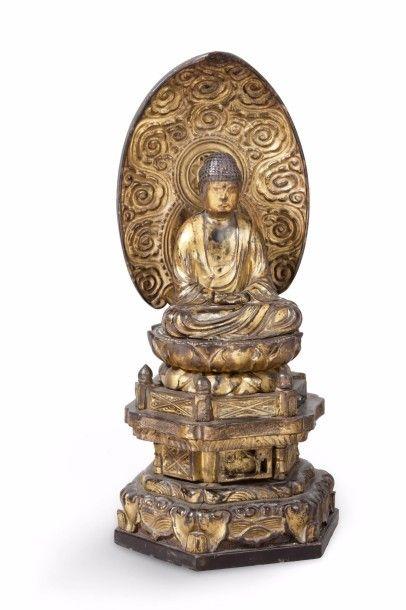 Sujet en bois laqué or, représentant le Bouddha...