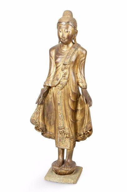 Bouddha en bois laqué or et incrusté de verroteries,...