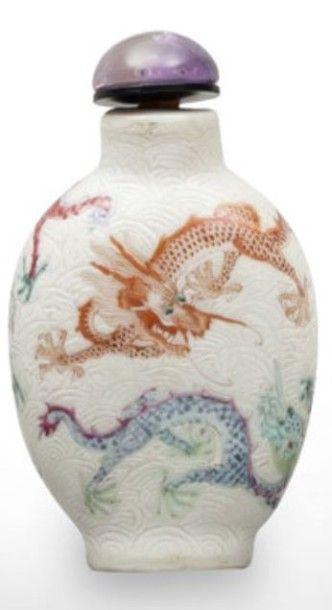 Flacon tabatière de forme balustre en porcelaine...
