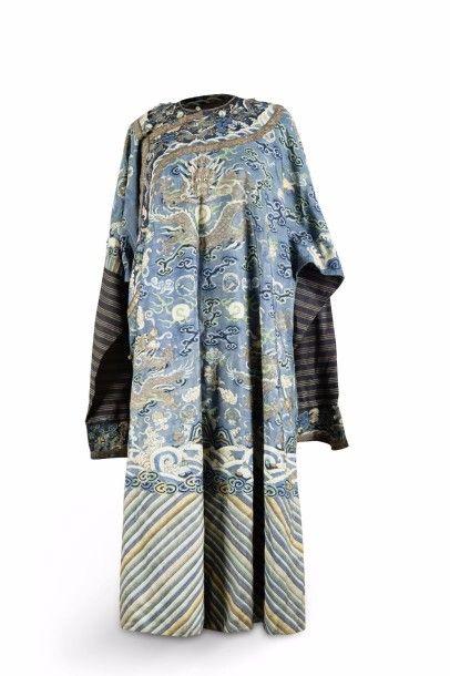 Robe dragon Longpao, en soie kesi à fond...