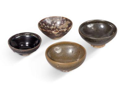 Lot de quatre bols tenmoku en grès à couverte...