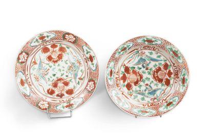 Paire de petits plats creux en porcelaine...
