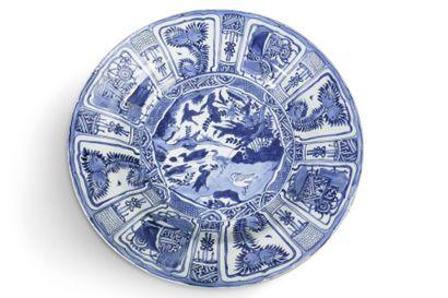 Grand plat de type kraak en porcelaine bleu...