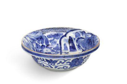 Deux grandes coupes en porcelaine bleu blanc,...
