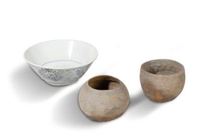 Lot de trois bols, l'un en céramique émaillé...