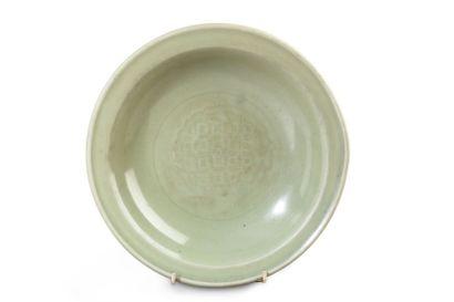 Coupe en porcelaine et émail céladon, à décor...