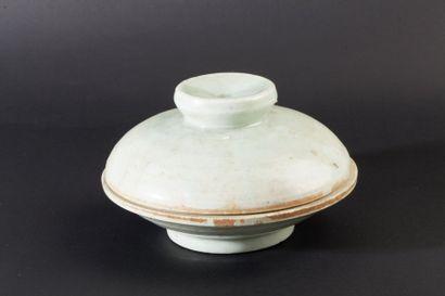 Coupe couverte en porcelaine et émail céladon....