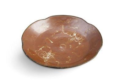 Coupe floriforme en céramique et émail brun,...