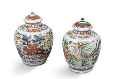 Deux petits vases balustres couverts, en...