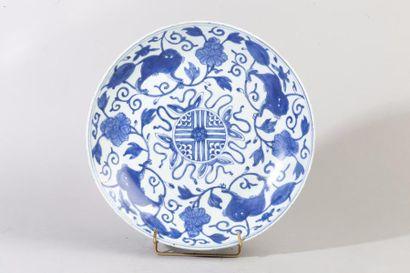 Chine, XVIIIe siècle Plat en porcelaine bleu...