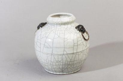 Chine, XIXe siècle Pot en grès et émail craquelé...
