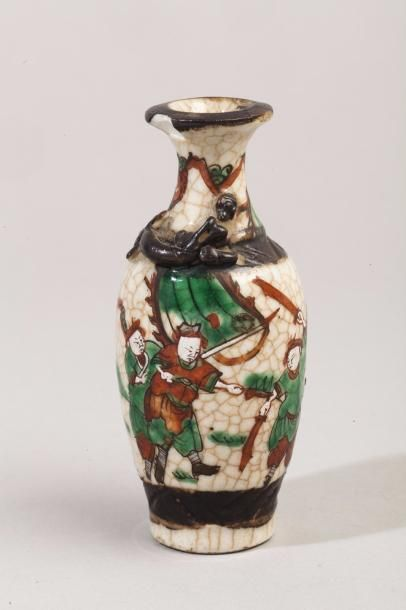 Petit vase en porcelaine craquelée de Nankin...