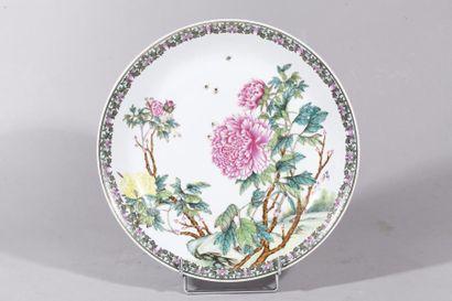 Chine, XXe siècle Grand plat en porcelaine...