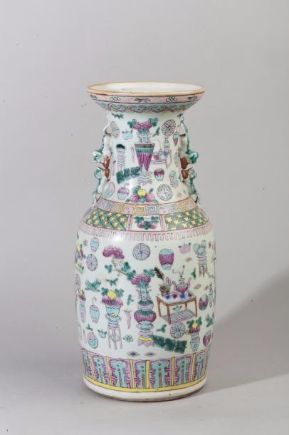Chine, XXe siècle Vase balustre en porcelaine...