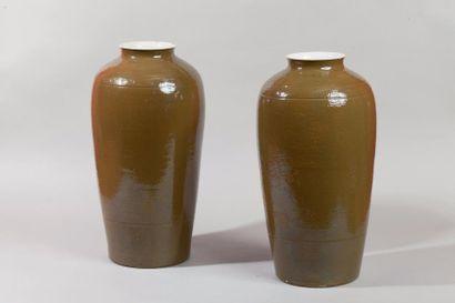 Chine, XXe siècle Paire de vases en porcelaine...