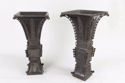 Chine, XVIIe siècle Deux vases en bronze...