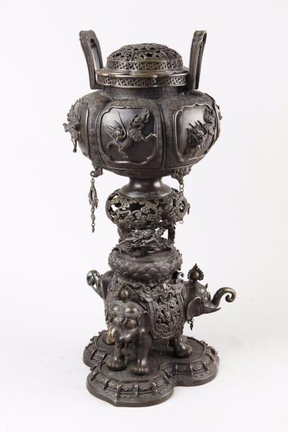 Japon, XIXe siècle Brûle-parfum couvert en...