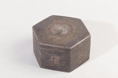 Chine, XXe siècle Boîte hexagonale en métal...