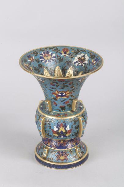 Chine, fin XIXe siècle Vase de forme Gu à...